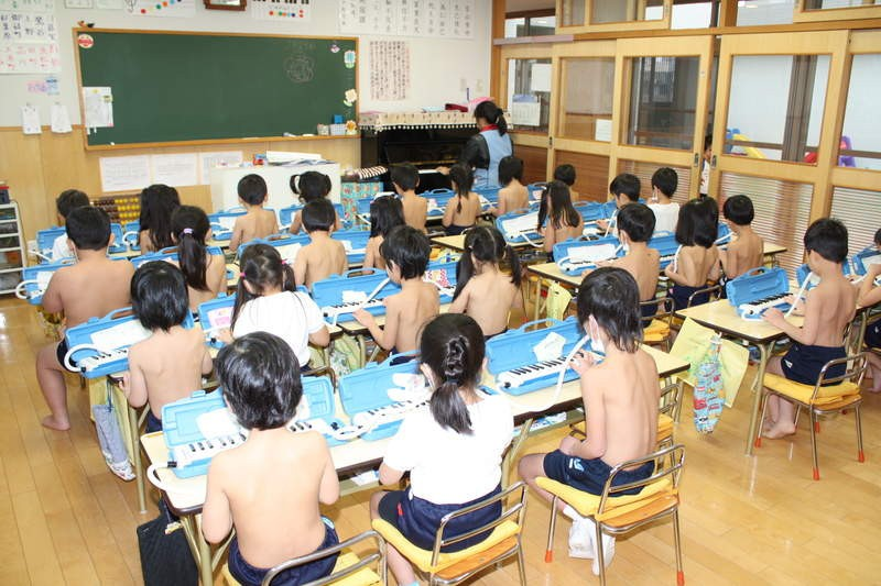 Giáo dục cởi trần - phương pháp kỳ lạ bắt học sinh không mặc áo suốt 40 năm tại một trường học ở Nhật Bản-1