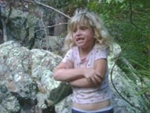 Vụ mất tích bí ẩn của gia đình Jamison và bức ảnh chụp đứa con gái 6 tuổi ngay khoảnh khắc đối mặt với kẻ thủ ác gây tranh cãi