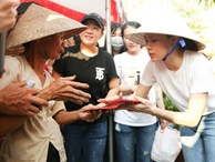 Hình ảnh đời thường đáng yêu của Mỹ Tâm: Đội nón lá bận rộn đi từ thiện