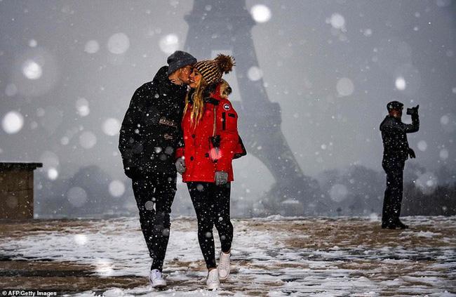 Paris đón tuyết đầu mùa sau nhiều tuần căng thẳng: Kẻ lãng mạn xuống phố, người cô đơn chống chọi giá rét-1