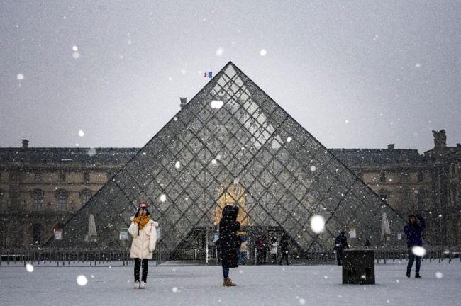 Paris đón tuyết đầu mùa sau nhiều tuần căng thẳng: Kẻ lãng mạn xuống phố, người cô đơn chống chọi giá rét-10