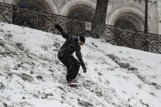 Paris đón tuyết đầu mùa sau nhiều tuần căng thẳng: Kẻ lãng mạn xuống phố, người cô đơn chống chọi giá rét-11
