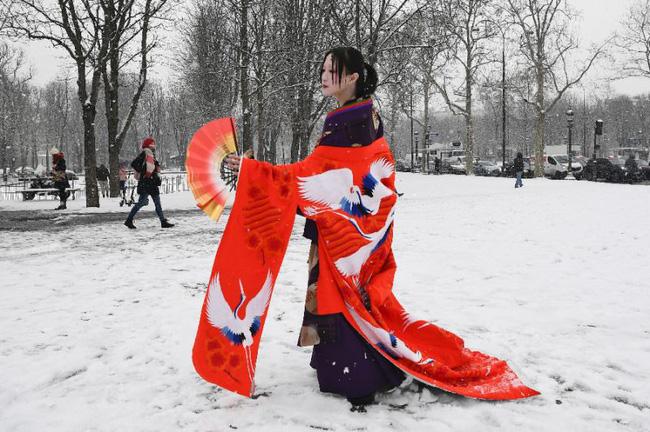 Paris đón tuyết đầu mùa sau nhiều tuần căng thẳng: Kẻ lãng mạn xuống phố, người cô đơn chống chọi giá rét-12