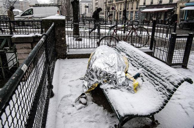 Paris đón tuyết đầu mùa sau nhiều tuần căng thẳng: Kẻ lãng mạn xuống phố, người cô đơn chống chọi giá rét-13