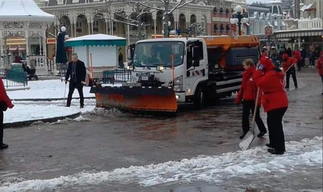 Paris đón tuyết đầu mùa sau nhiều tuần căng thẳng: Kẻ lãng mạn xuống phố, người cô đơn chống chọi giá rét-14