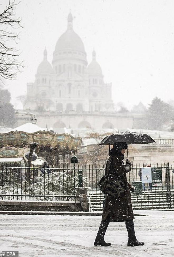 Paris đón tuyết đầu mùa sau nhiều tuần căng thẳng: Kẻ lãng mạn xuống phố, người cô đơn chống chọi giá rét-2