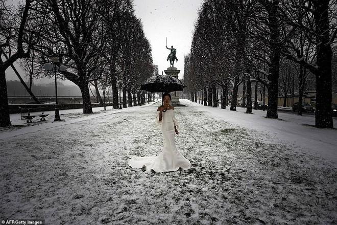 Paris đón tuyết đầu mùa sau nhiều tuần căng thẳng: Kẻ lãng mạn xuống phố, người cô đơn chống chọi giá rét-8