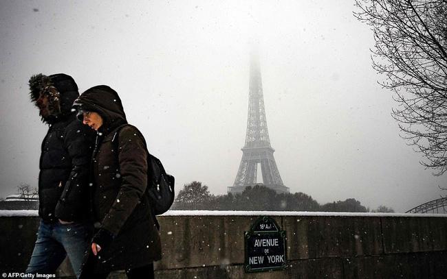 Paris đón tuyết đầu mùa sau nhiều tuần căng thẳng: Kẻ lãng mạn xuống phố, người cô đơn chống chọi giá rét-9