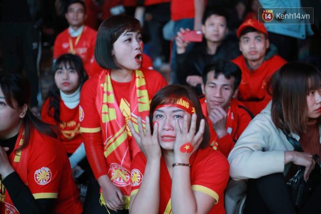 Ảnh, clip: CĐV ôm mặt khóc như mưa khi tuyển Việt Nam phải dừng bước tại tứ kết Asian Cup 2019-1