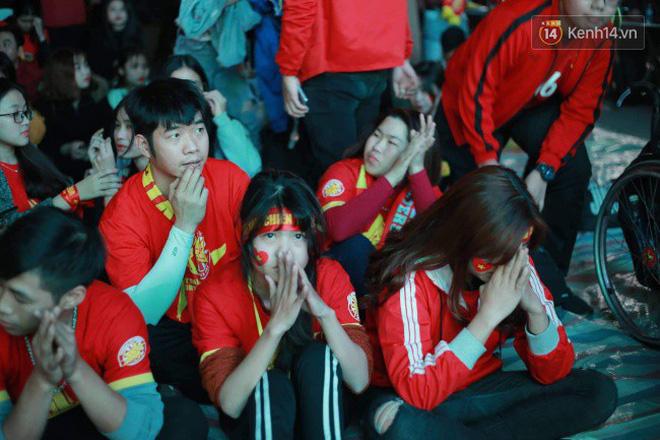 Ảnh, clip: CĐV ôm mặt khóc như mưa khi tuyển Việt Nam phải dừng bước tại tứ kết Asian Cup 2019-10