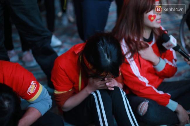 Ảnh, clip: CĐV ôm mặt khóc như mưa khi tuyển Việt Nam phải dừng bước tại tứ kết Asian Cup 2019-2