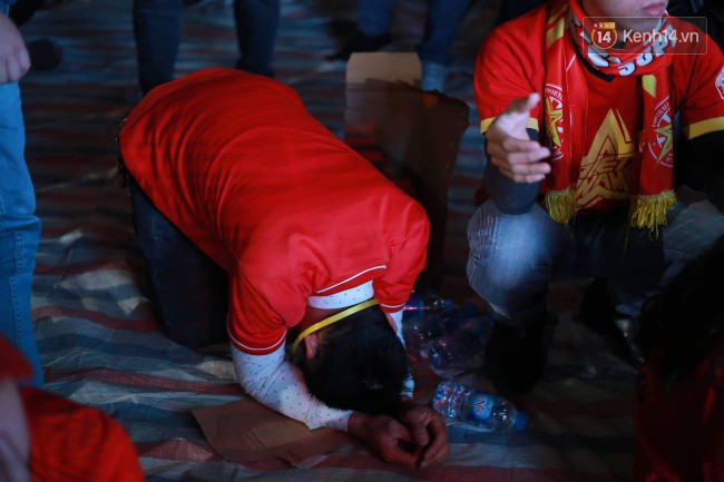 Ảnh, clip: CĐV ôm mặt khóc như mưa khi tuyển Việt Nam phải dừng bước tại tứ kết Asian Cup 2019-3