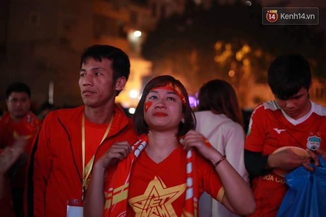 Ảnh, clip: CĐV ôm mặt khóc như mưa khi tuyển Việt Nam phải dừng bước tại tứ kết Asian Cup 2019-4