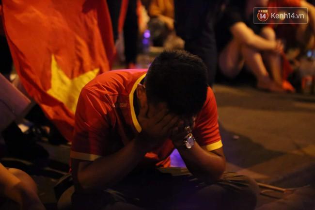 Ảnh, clip: CĐV ôm mặt khóc như mưa khi tuyển Việt Nam phải dừng bước tại tứ kết Asian Cup 2019-5