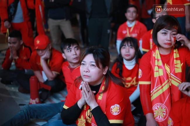 Ảnh, clip: CĐV ôm mặt khóc như mưa khi tuyển Việt Nam phải dừng bước tại tứ kết Asian Cup 2019-6