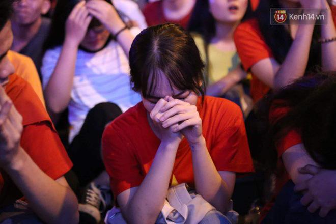Ảnh, clip: CĐV ôm mặt khóc như mưa khi tuyển Việt Nam phải dừng bước tại tứ kết Asian Cup 2019-8