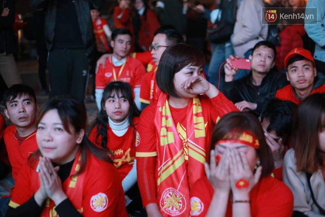 Ảnh, clip: CĐV ôm mặt khóc như mưa khi tuyển Việt Nam phải dừng bước tại tứ kết Asian Cup 2019-9