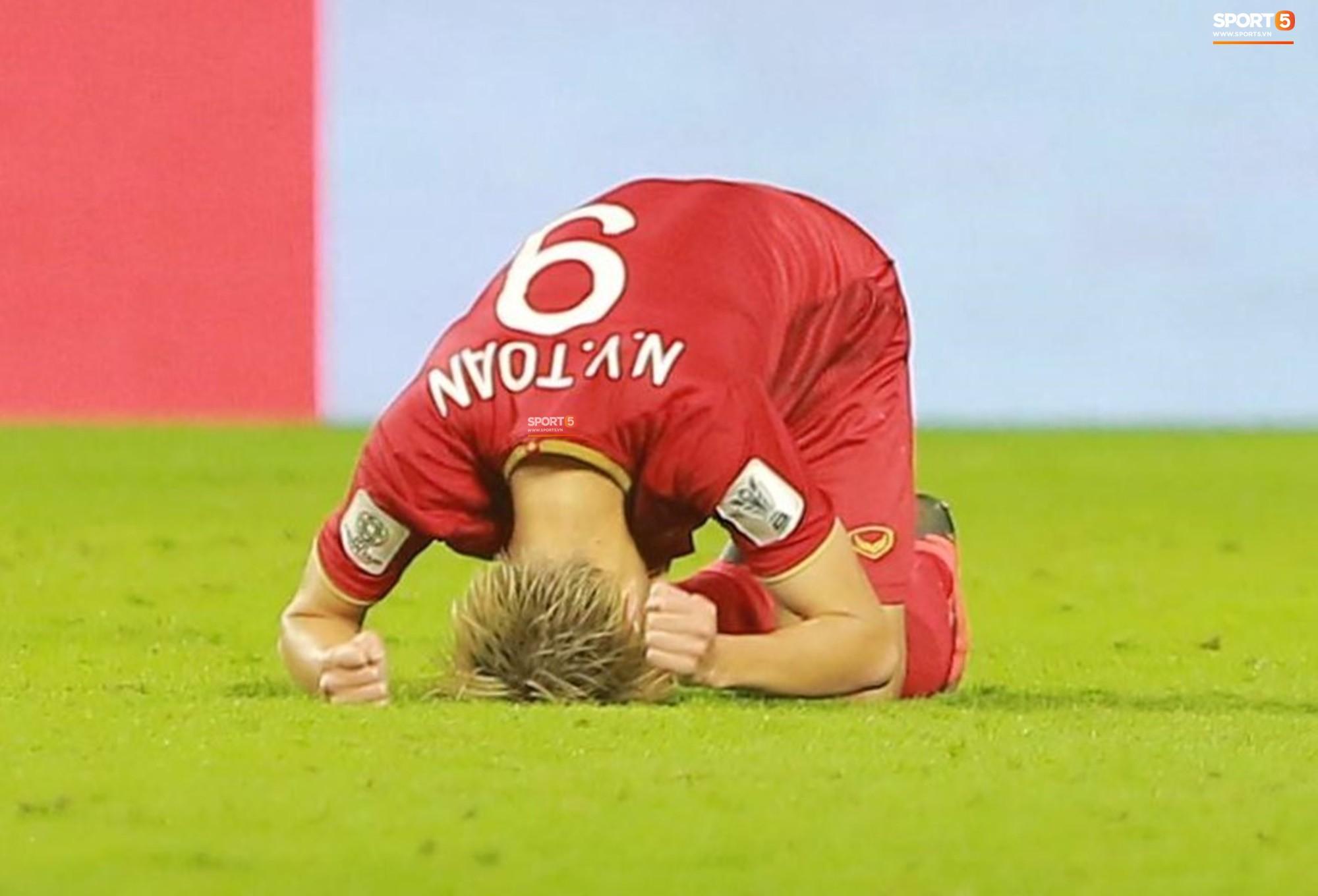 Văn Toàn đổ gục sau trận thua, ai nhìn hình ảnh này cũng muốn vào sân kéo cậu ấy đứng dậy-6