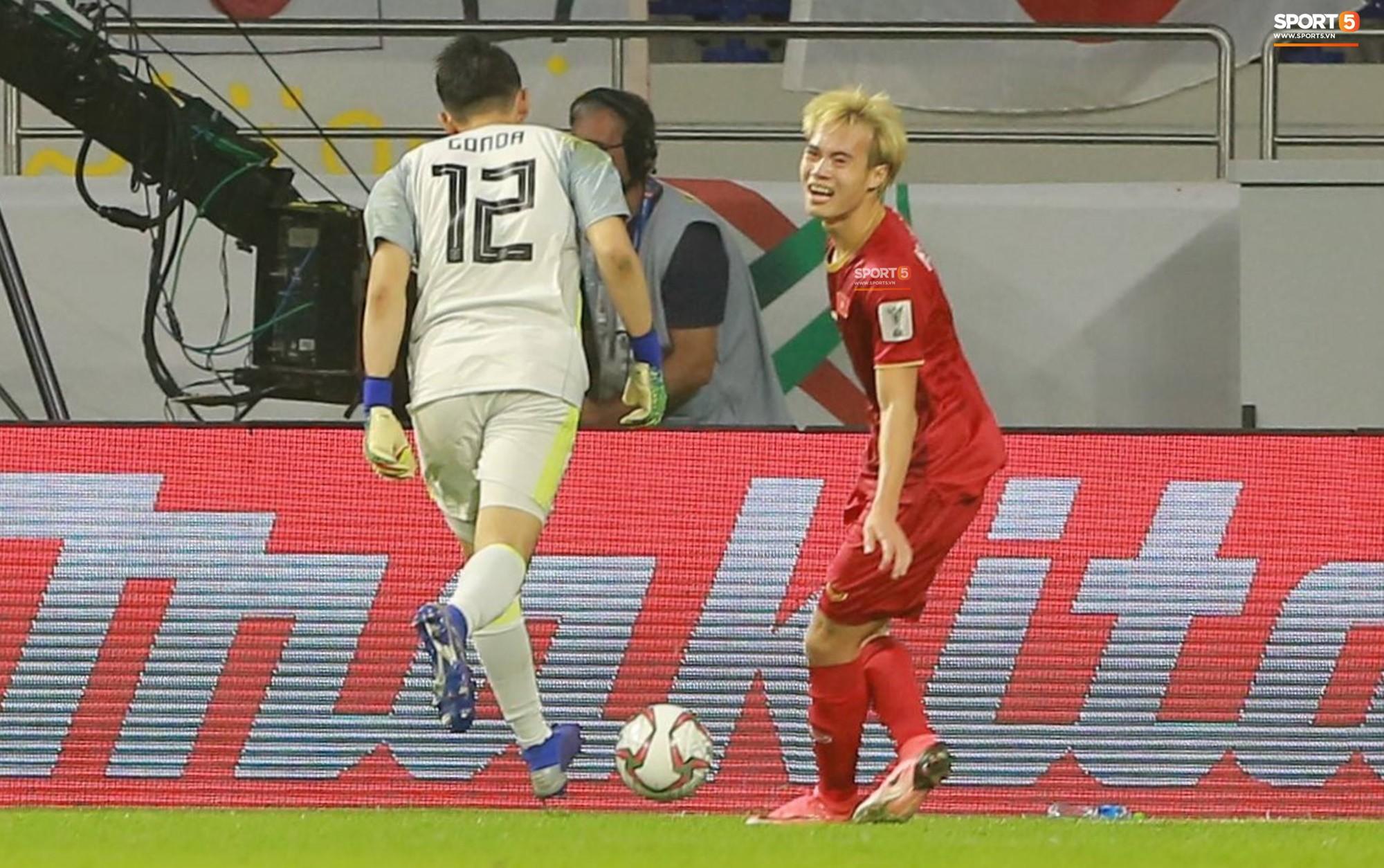 Văn Toàn đổ gục sau trận thua, ai nhìn hình ảnh này cũng muốn vào sân kéo cậu ấy đứng dậy-3