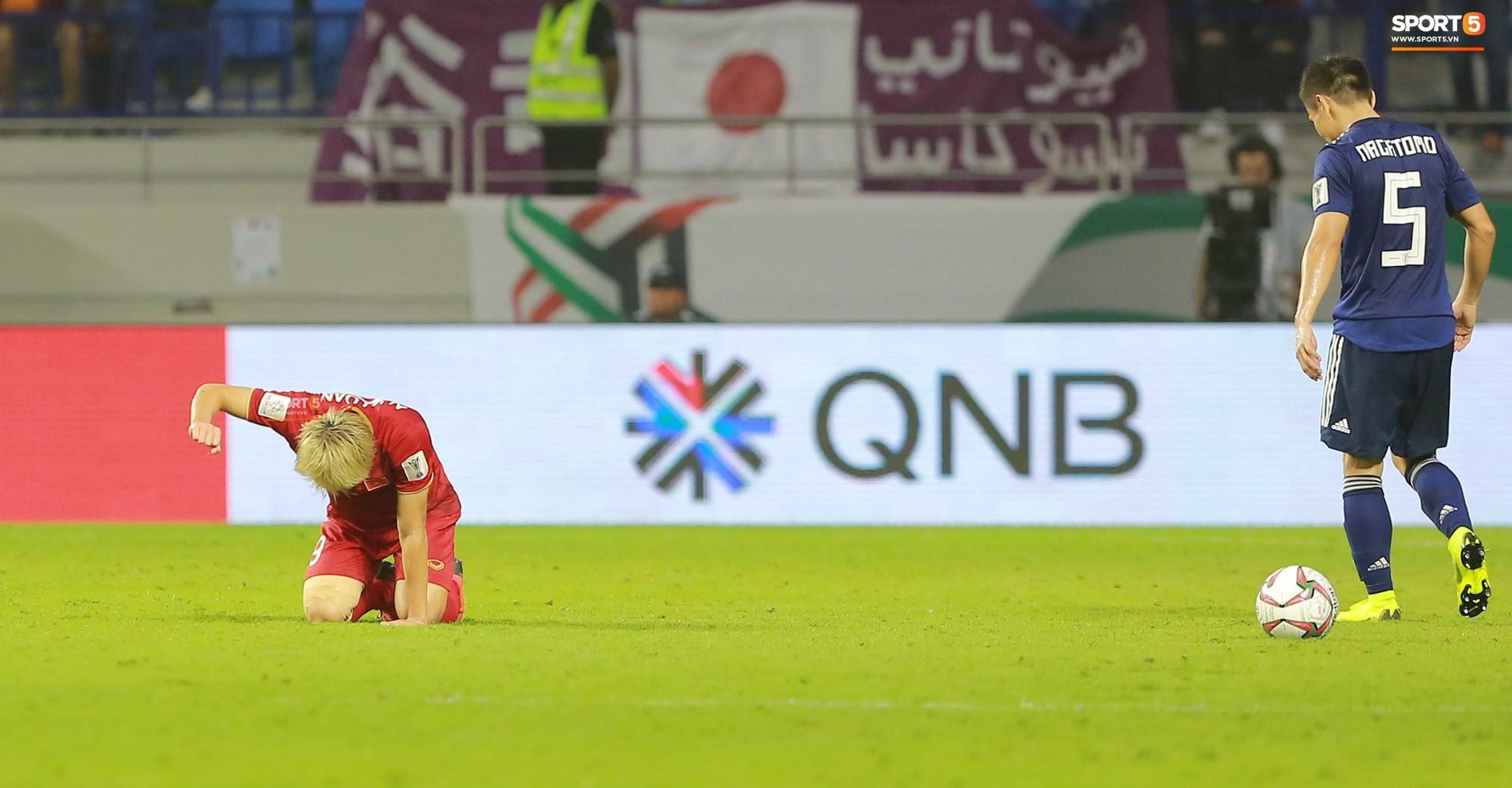 Văn Toàn đổ gục sau trận thua, ai nhìn hình ảnh này cũng muốn vào sân kéo cậu ấy đứng dậy-5