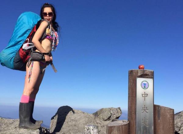 Mặc bikini đi leo núi giữa trời lạnh, ngôi sao MXH nhận cái kết thảm khốc-1