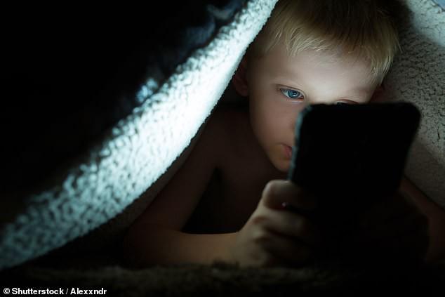 Đây chính là thủ phạm khiến trẻ thiếu ngủ, mệt mỏi, học kém… mà rất nhiều bố mẹ vẫn vô tư cho con dùng-1