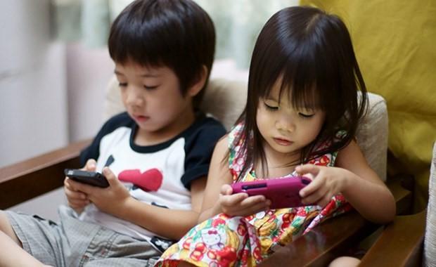 Đây chính là thủ phạm khiến trẻ thiếu ngủ, mệt mỏi, học kém… mà rất nhiều bố mẹ vẫn vô tư cho con dùng-2