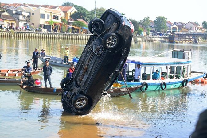 Lao ô tô xuống sông Hoài: Lặng người cảnh vớt thi thể bé trai 6 tuổi-1