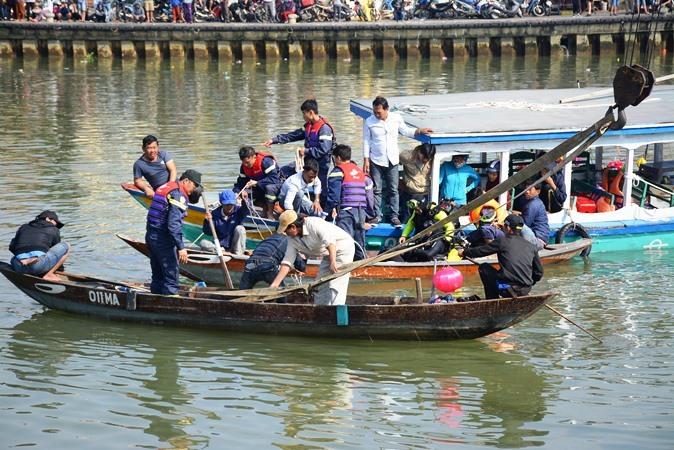 Lao ô tô xuống sông Hoài: Lặng người cảnh vớt thi thể bé trai 6 tuổi-7