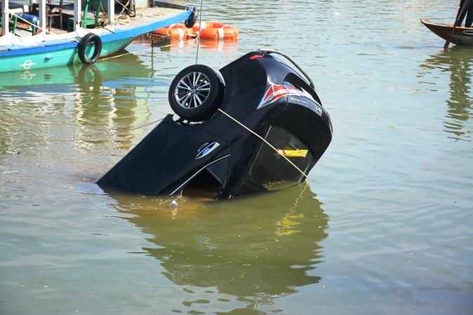 Lao ô tô xuống sông Hoài: Lặng người cảnh vớt thi thể bé trai 6 tuổi-5