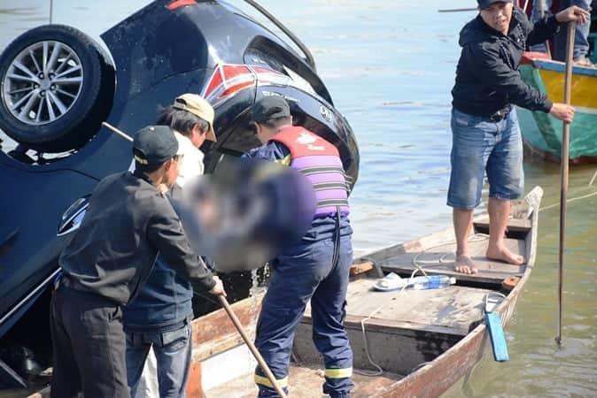 Lao ô tô xuống sông Hoài: Lặng người cảnh vớt thi thể bé trai 6 tuổi-2