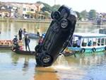 Nhói lòng 8 giờ đồng hồ trục vớt thi thể đôi vợ chồng và bé trai 6 tuổi trong ô tô lao xuống sông ở Quảng Nam-16