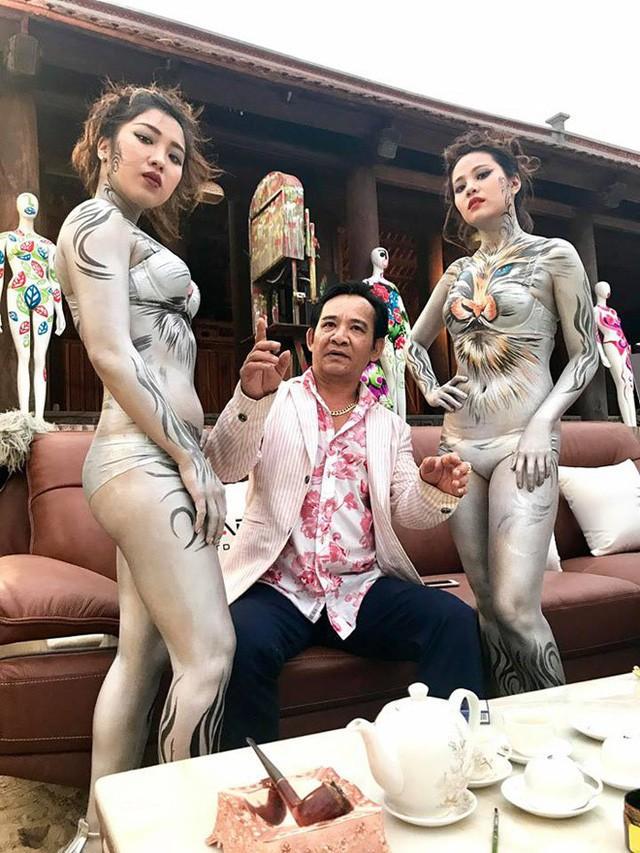 Hình ảnh Quang Tèo ngồi giữa 2 người mẫu body painting gây tranh cãi-2