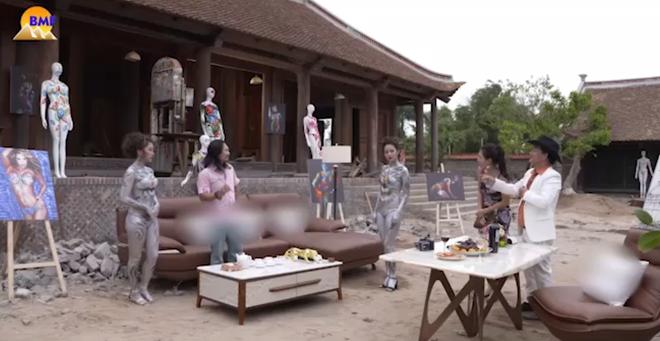 Hình ảnh Quang Tèo ngồi giữa 2 người mẫu body painting gây tranh cãi-1