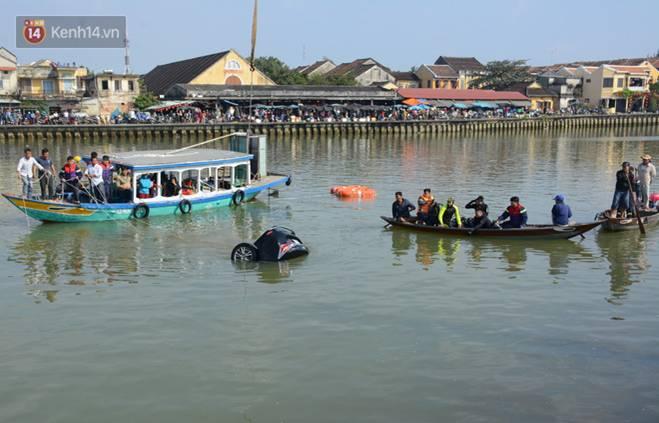 Nhói lòng 8 giờ đồng hồ trục vớt thi thể đôi vợ chồng và bé trai 6 tuổi trong ô tô lao xuống sông ở Quảng Nam-1