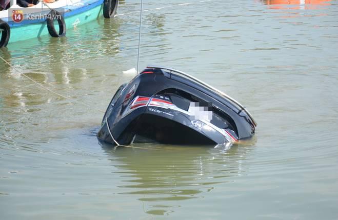 Nhói lòng 8 giờ đồng hồ trục vớt thi thể đôi vợ chồng và bé trai 6 tuổi trong ô tô lao xuống sông ở Quảng Nam-2