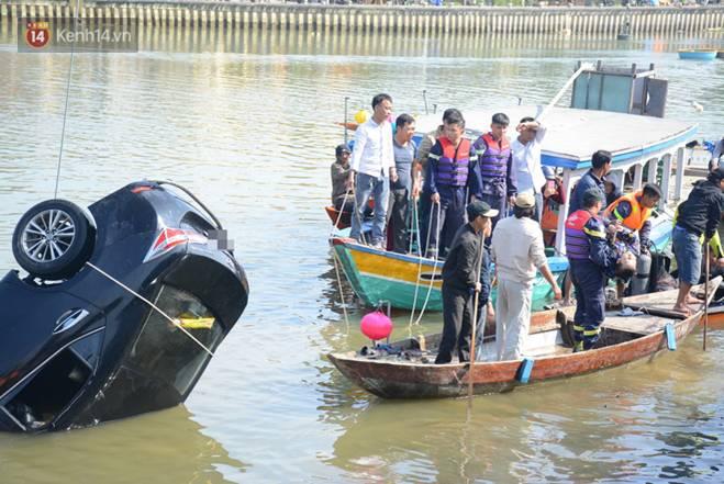 Nhói lòng 8 giờ đồng hồ trục vớt thi thể đôi vợ chồng và bé trai 6 tuổi trong ô tô lao xuống sông ở Quảng Nam-3