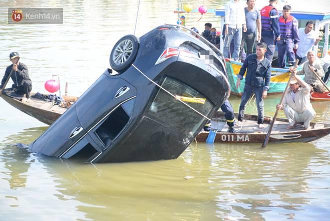Nhói lòng 8 giờ đồng hồ trục vớt thi thể đôi vợ chồng và bé trai 6 tuổi trong ô tô lao xuống sông ở Quảng Nam-4