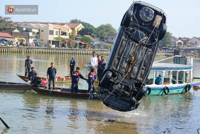 Nhói lòng 8 giờ đồng hồ trục vớt thi thể đôi vợ chồng và bé trai 6 tuổi trong ô tô lao xuống sông ở Quảng Nam-5