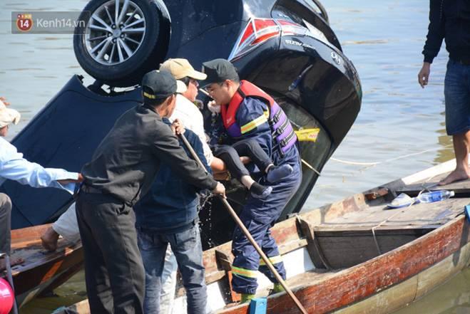 Nhói lòng 8 giờ đồng hồ trục vớt thi thể đôi vợ chồng và bé trai 6 tuổi trong ô tô lao xuống sông ở Quảng Nam-6