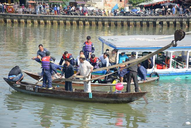 Nhói lòng 8 giờ đồng hồ trục vớt thi thể đôi vợ chồng và bé trai 6 tuổi trong ô tô lao xuống sông ở Quảng Nam-10