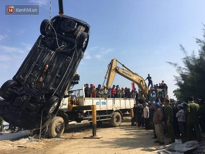 Nhói lòng 8 giờ đồng hồ trục vớt thi thể đôi vợ chồng và bé trai 6 tuổi trong ô tô lao xuống sông ở Quảng Nam-11