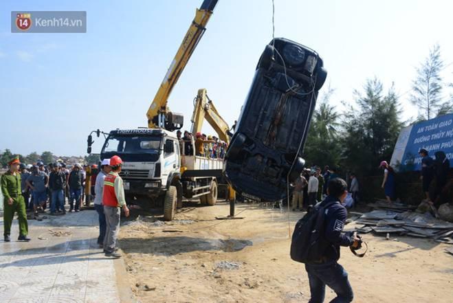 Nhói lòng 8 giờ đồng hồ trục vớt thi thể đôi vợ chồng và bé trai 6 tuổi trong ô tô lao xuống sông ở Quảng Nam-15