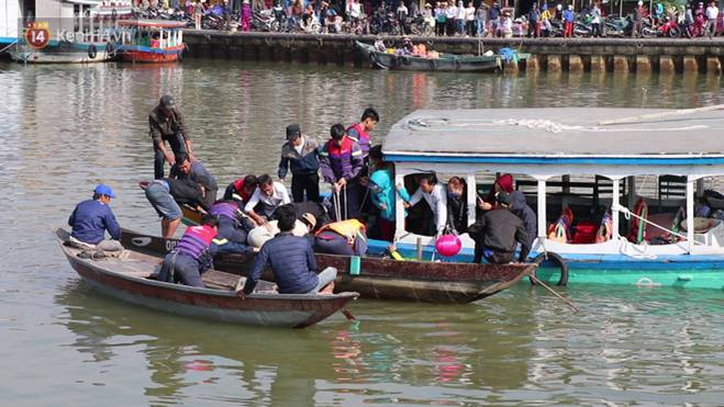 Nhói lòng 8 giờ đồng hồ trục vớt thi thể đôi vợ chồng và bé trai 6 tuổi trong ô tô lao xuống sông ở Quảng Nam-8