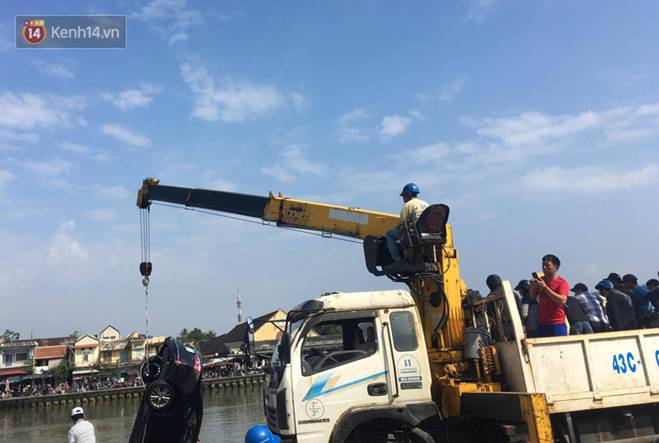 Nhói lòng 8 giờ đồng hồ trục vớt thi thể đôi vợ chồng và bé trai 6 tuổi trong ô tô lao xuống sông ở Quảng Nam-9