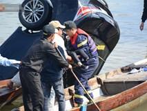 Nhói lòng 8 giờ đồng hồ trục vớt thi thể đôi vợ chồng và bé trai 6 tuổi trong ô tô lao xuống sông ở Quảng Nam