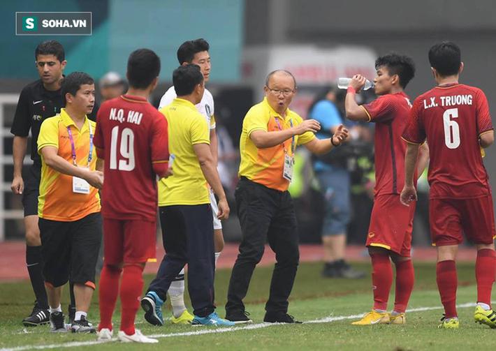 Tại sao cầu thủ liên tục súc miệng và nhổ nước ra sân giữa trận đấu-2