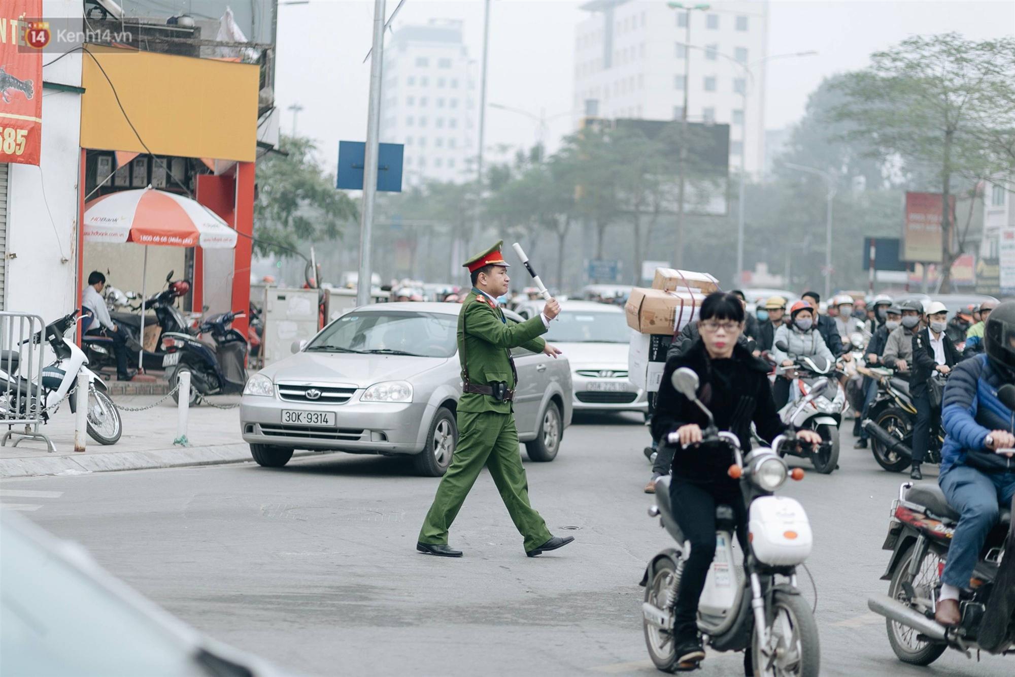 Chùm ảnh: Từ 3h chiều, đường phố Hà Nội ùn tắc không lối thoát ngày giáp Tết-14