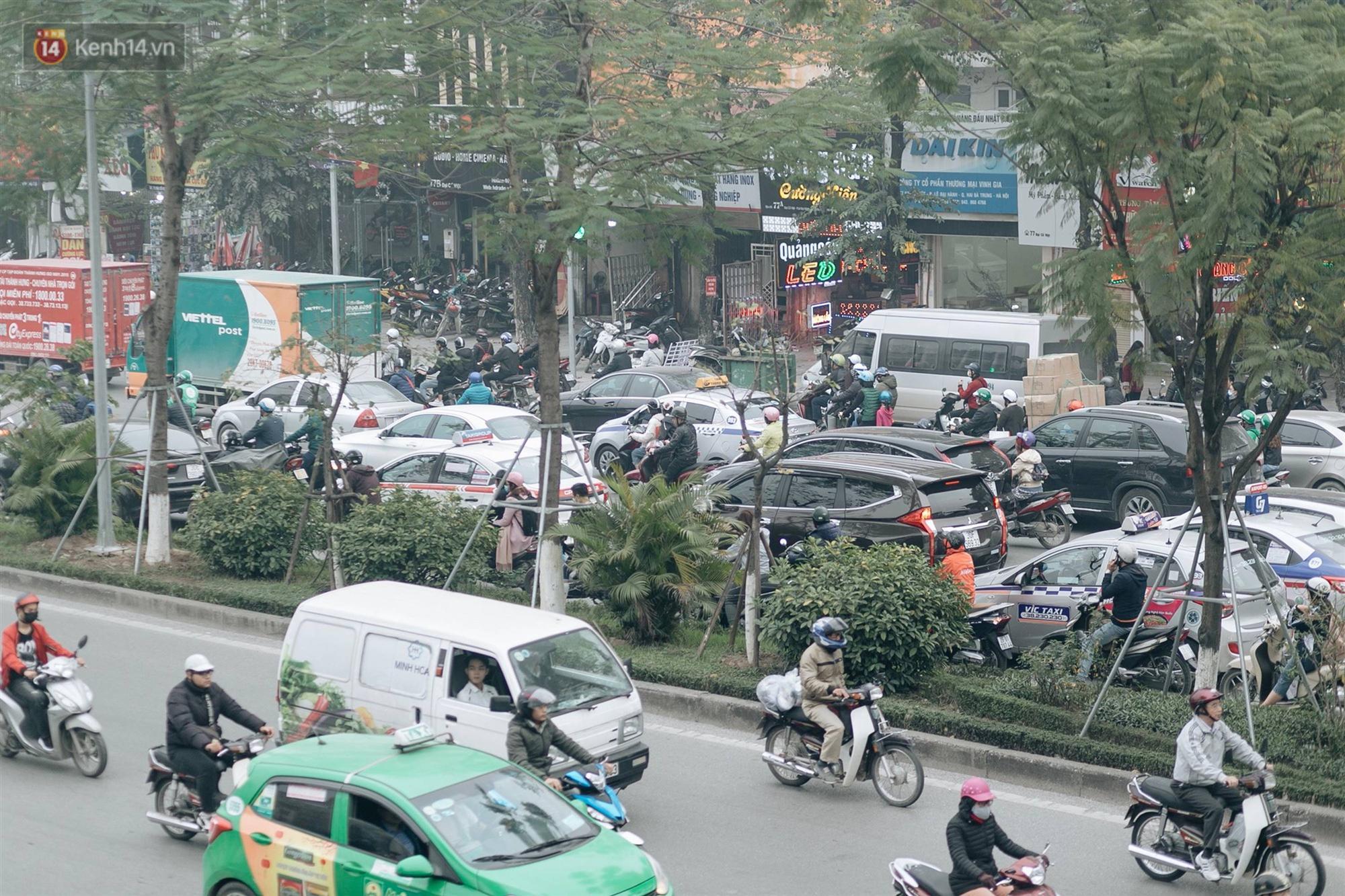 Chùm ảnh: Từ 3h chiều, đường phố Hà Nội ùn tắc không lối thoát ngày giáp Tết-16