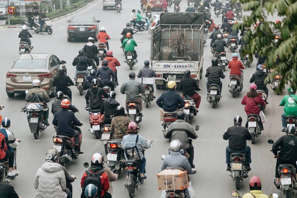Chùm ảnh: Từ 3h chiều, đường phố Hà Nội ùn tắc không lối thoát ngày giáp Tết-7